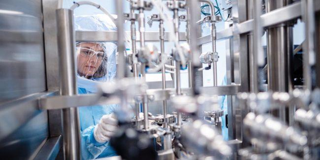 На новом заводе BioNTech началось производство мРНК для вакцины от COVID-19