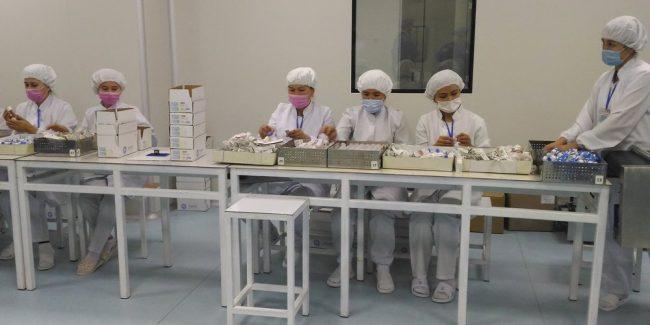 Производство вакцин против COVID-19 на предприятии Jurabek Laboratories в Узбекистане