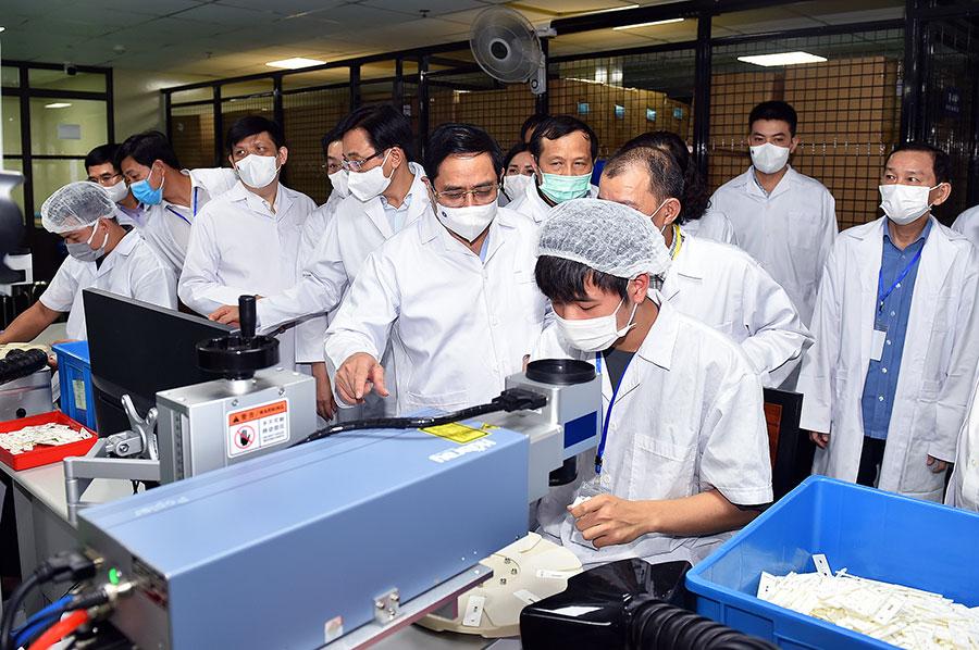 Премьер-министр Фам Минь Тьинь в компании Medicon